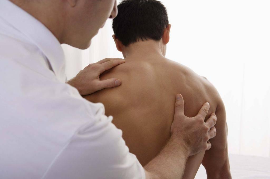Боль между лопаток лечение, причины, симптомы, защемление нерва клинка в москве