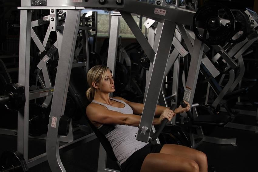 Упражнения на плечи в тренажерном зале: комплекс упражнений, особенности выполнения